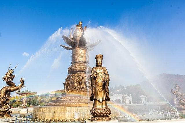 南山景區內有國內最大最高的玉佛造像,高13.66米,重達660余噸