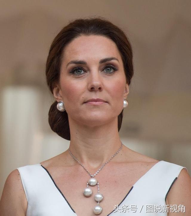 凯特王妃又换发型,中分卷发跟往常不同,网友:她像百变