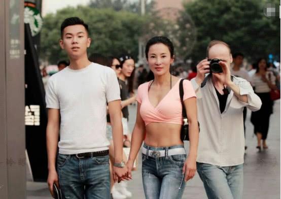 50歲大媽身材完爆18歲少女,做了許多男人都不敢做的事-華夏娛樂360