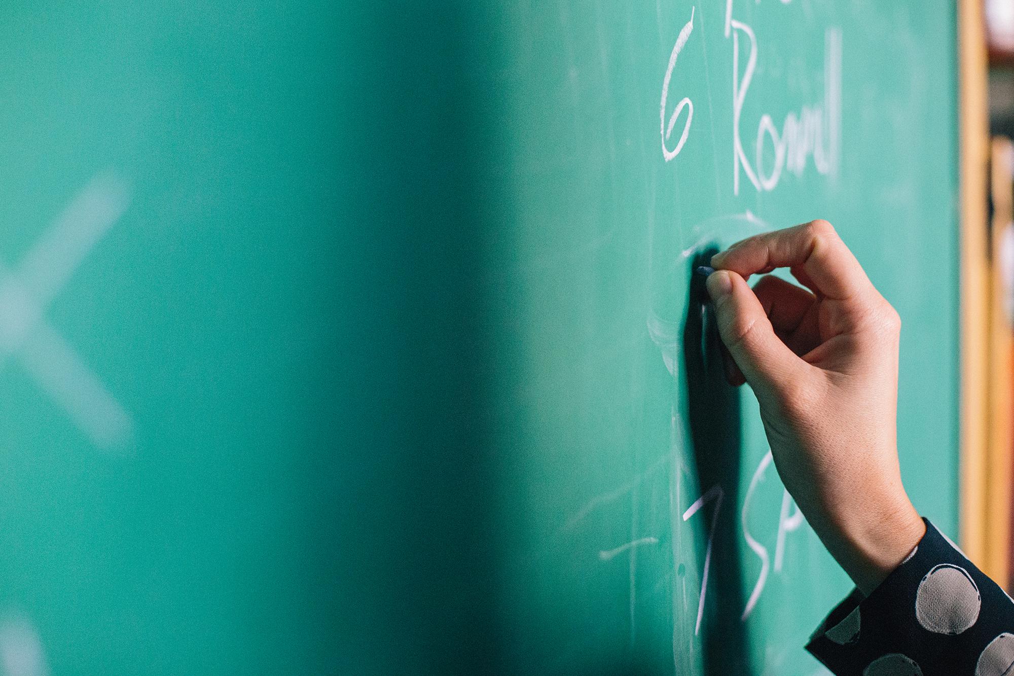 大学教师生存现状:近九成承受中重度压力,33%三年内零加薪