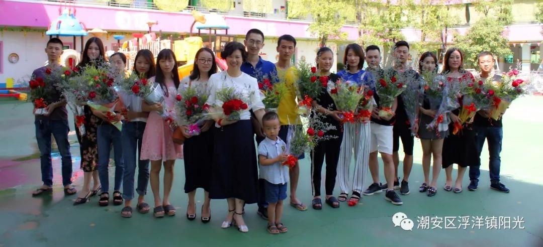 接下来就是最最重要的环节了,为老师们献上鲜花!图片