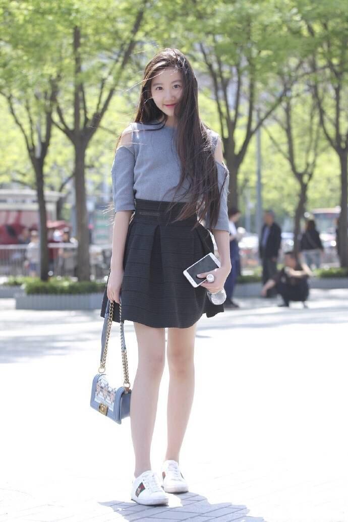 街拍:大长腿+马甲线,美女一身极简配色,健康风look慵懒自然