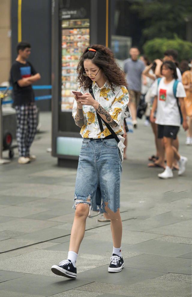 街拍:美女轻装上街,大长腿强势霸占半幅屏幕,让人好生羡慕