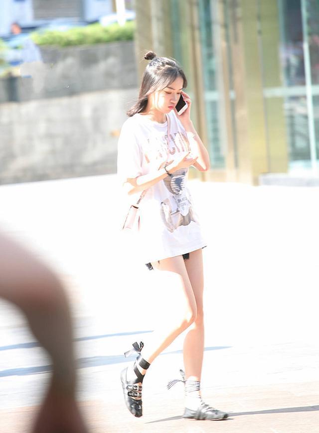 街拍:露脐雪纺衫+塑身牛仔裤,氧气美女笑起来太甜,太美