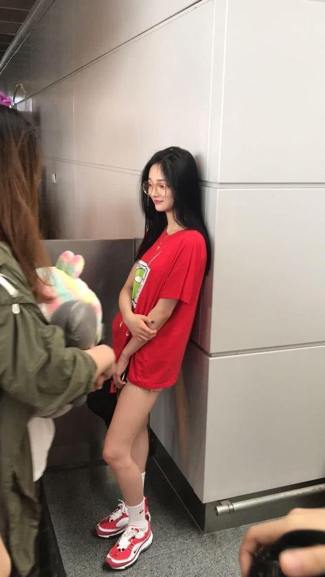 """周洁琼裤裆紧成""""倒三角"""",大腿上还缀着很多线头,T恤都遮不住"""