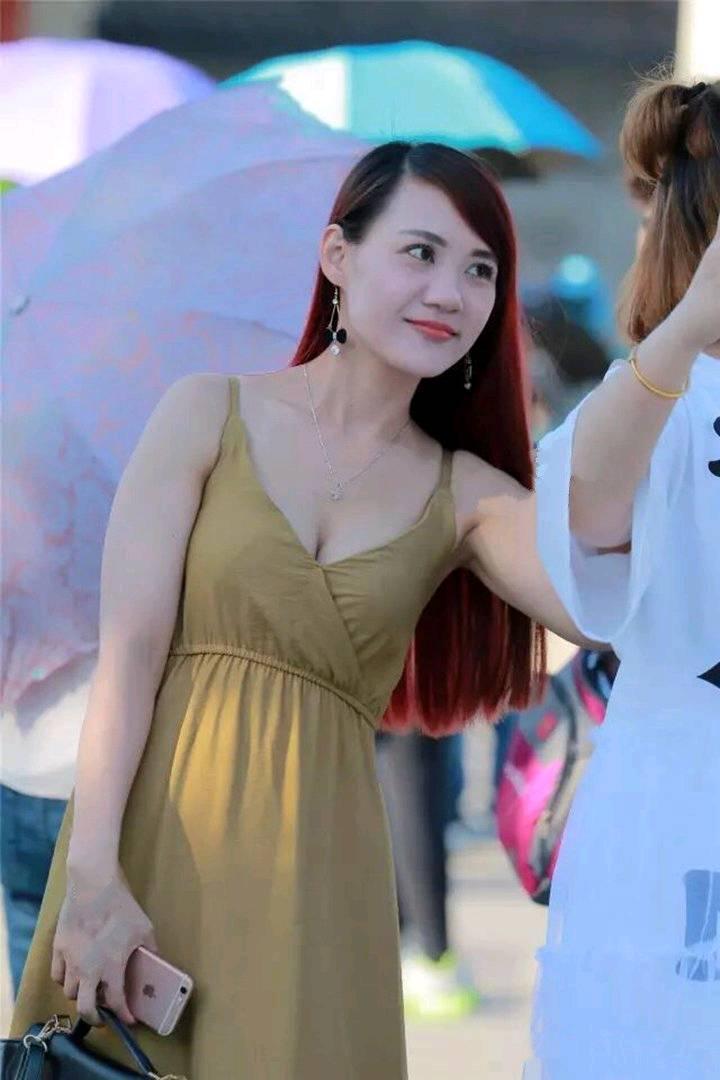 街拍:吊带裙细细的肩带和低胸看似露很多肉,但穿上实在太撩人!