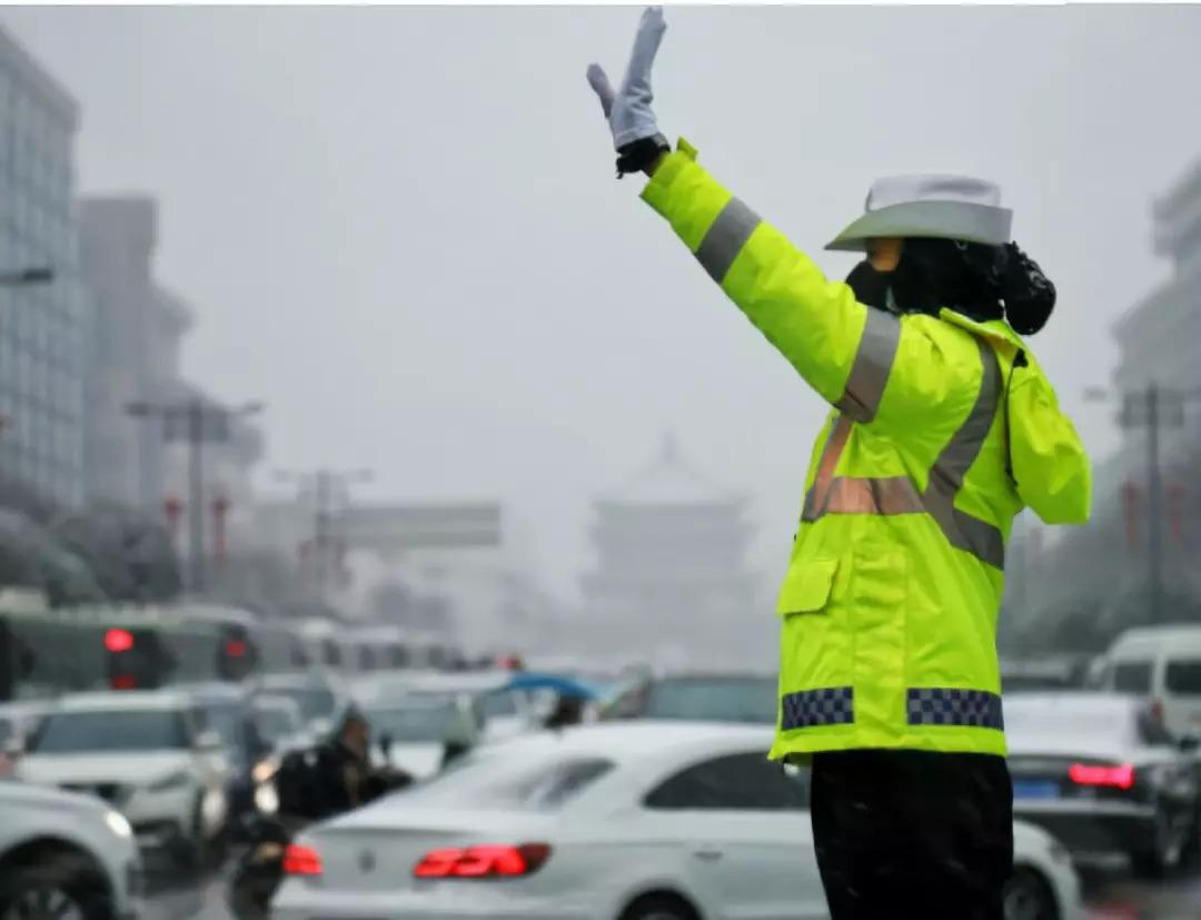 严格规范执法与树立警察执法权威,是一个硬币的两面 | 新京报专栏