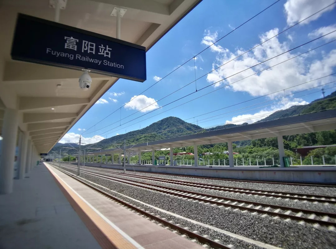 刚刚,杭黄高铁驶过第一趟动车组!通车后,黄山杭州将一个半小时通达