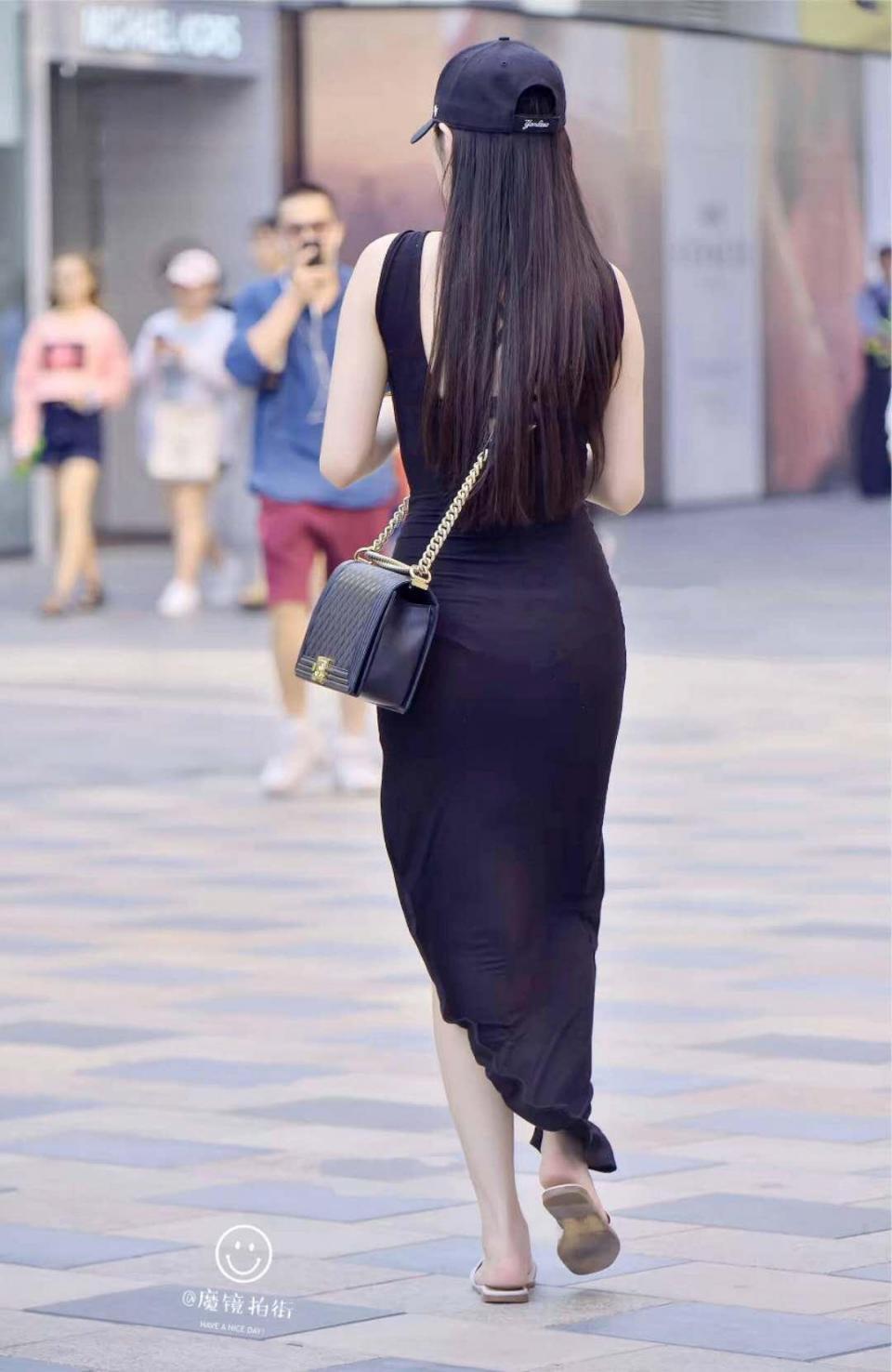 街拍:比起迷你短裙的赤裸裸,若影若现的开叉裙诱惑才最性感!