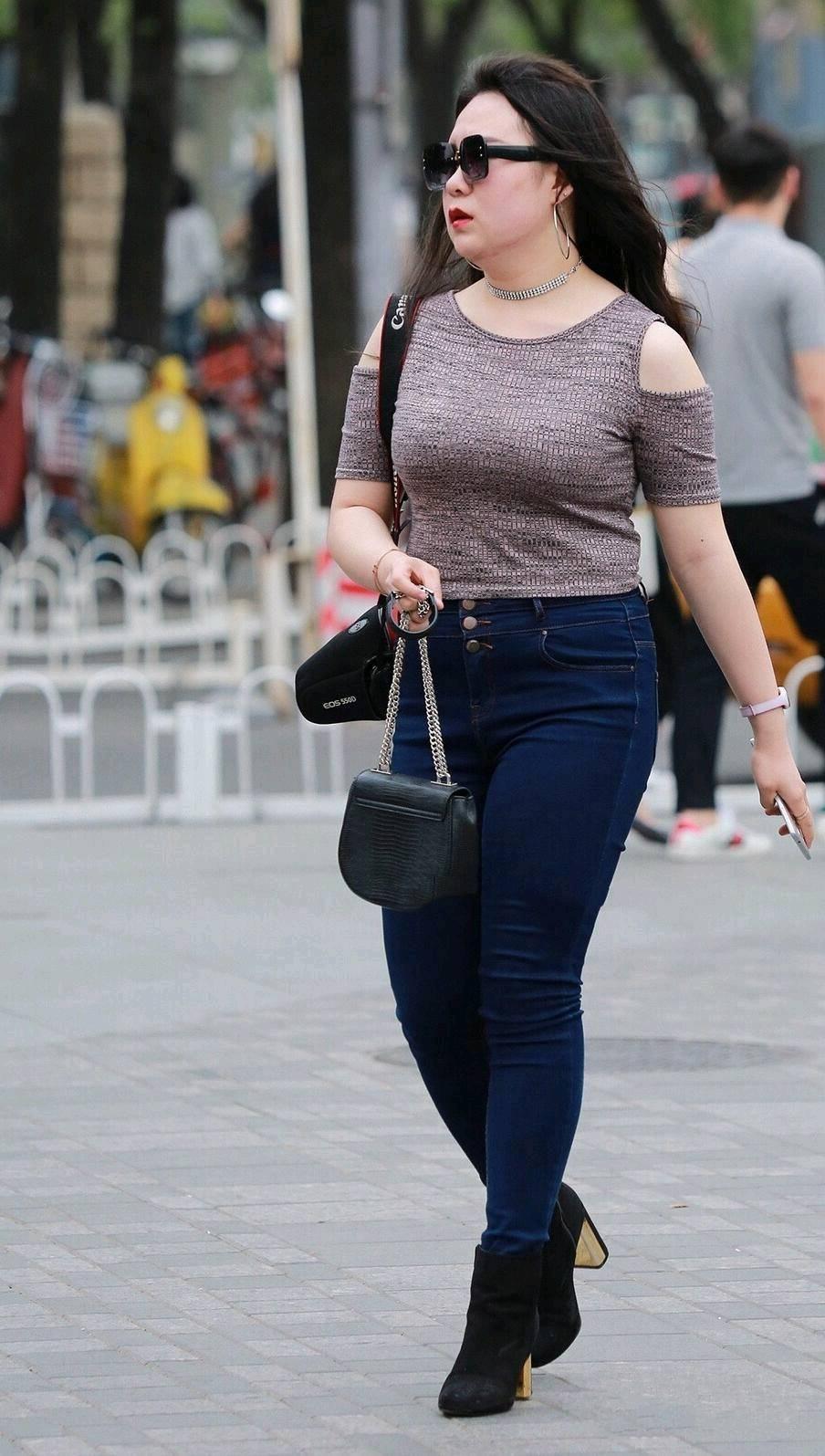 街拍:美女针织衫搭配牛仔裤展现丰满美,网友:在唐朝肯定是贵妃