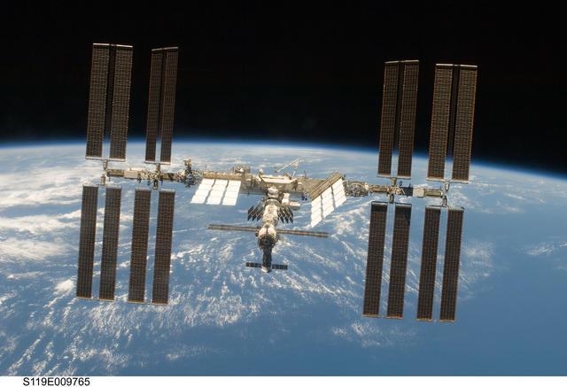 空间站破洞了怎么办?先拿胶带贴起来……