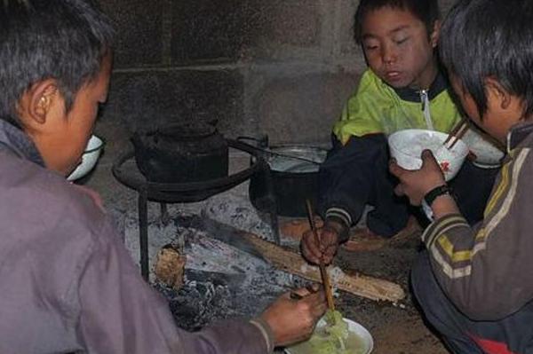 高考后父母为孩子学费,一天吃一顿饭,儿子的话让父母愣了眼