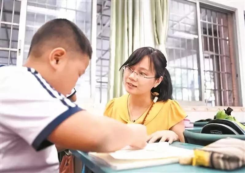 方老师在辅导小丁写作业.广州日报全媒体记者邱伟荣 摄