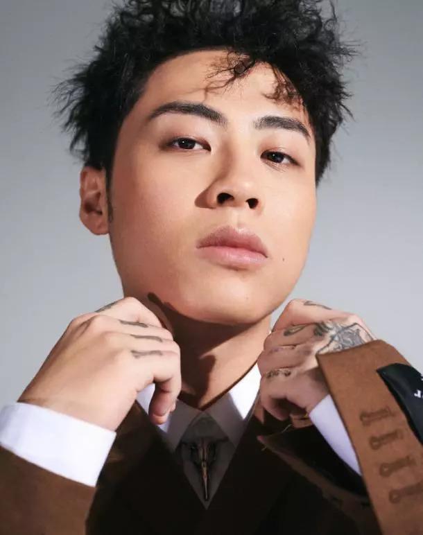 本以为《中国新说唱》的选手穿上西装会奇怪,没想到效果这么好!