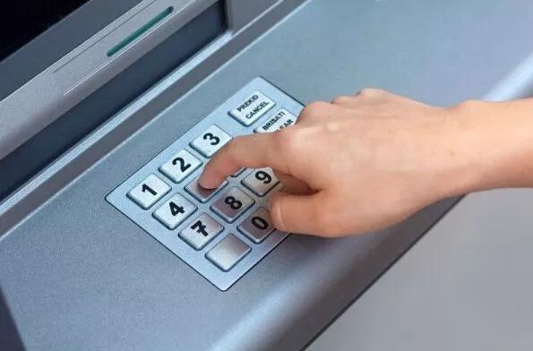 """ATM机""""神操作"""" 插河北银行的卡取出邮储的钱,这个秘密你应该了解"""
