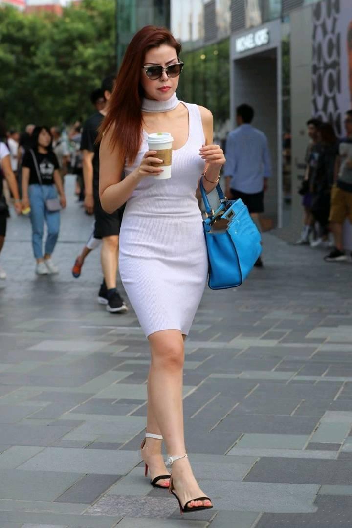 街拍:美女穿白色窄身连衣裙闪亮登场,打造让人回头的丰满线条!