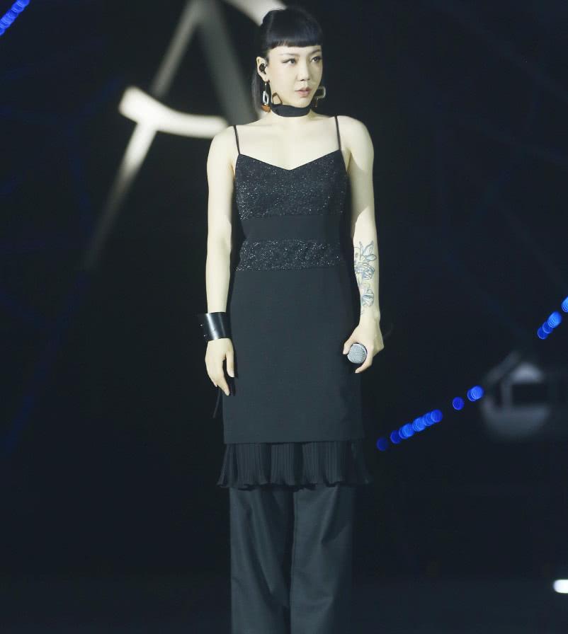 都说了吊带裙下面别搭长裤,吴莫愁偏不听,看看她都土成啥样了?