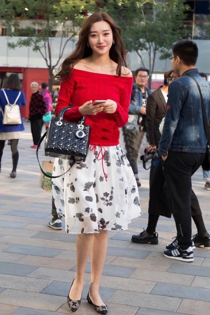 街拍:街头高颜值的小姐姐,个性时尚的穿搭,女神范儿十足!