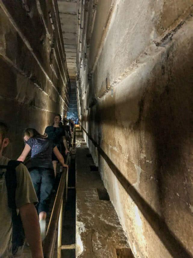实拍埃及胡夫金字塔内部,进去不能直腰,石棺空空连盖子都没有