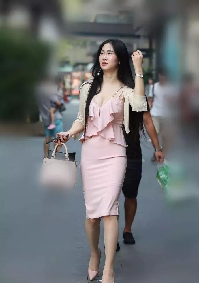 粉色吊带上衣搭配中长裙,闭月羞花倾国倾城
