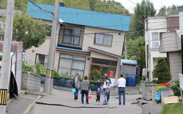北海道大地震追踪:倾斜的家,持续的停水,液态化的札幌市清田区
