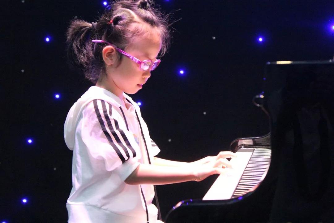 小�:f!z+��8�i��Y_暑期七八月之间,手之舞有一批钢琴小伙伴放弃玩耍时间,专心学习钢琴!