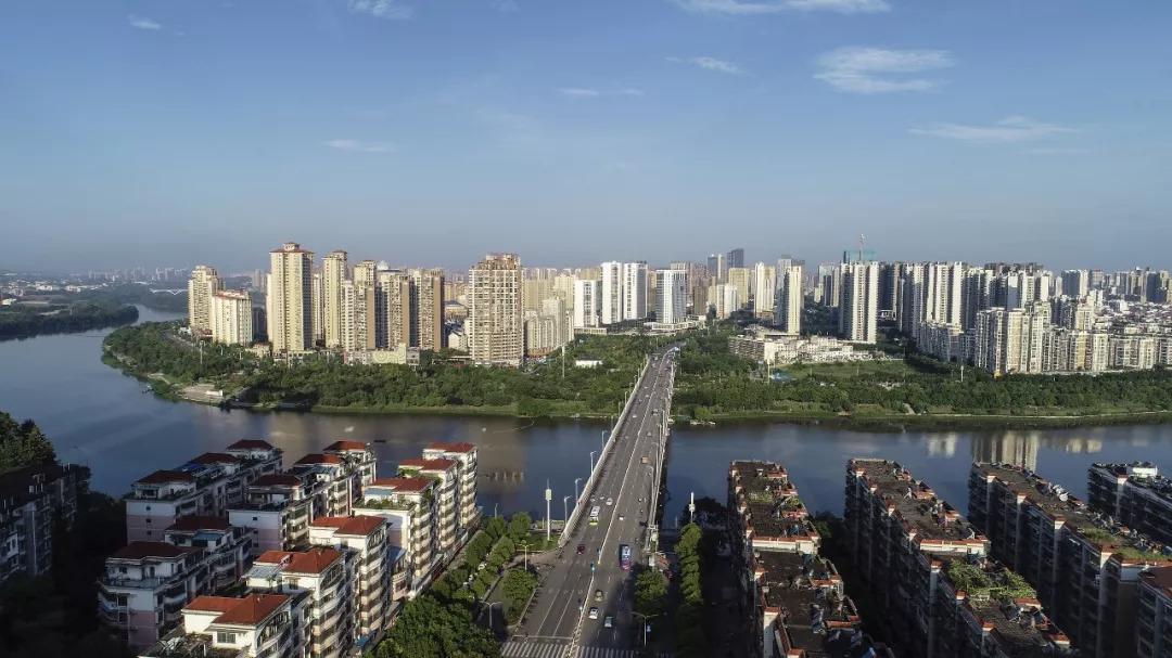 那时,桥的两岸不见一栋高楼.后来,赣州大桥改名
