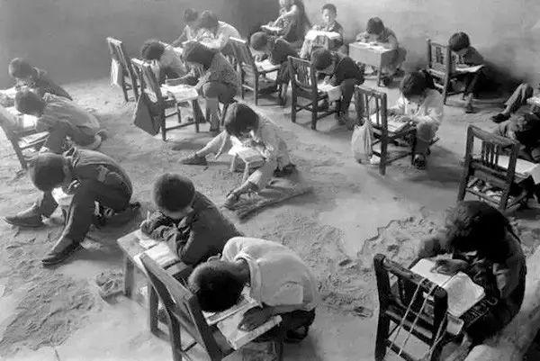 1991年9月,陕西省佳县王家岩村小学,这里没有桌凳,只有石头和书.图片