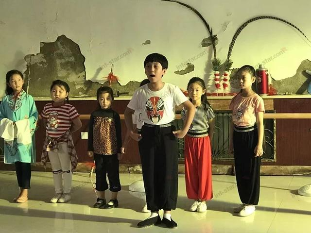 香港国际星萌娃练京剧!拍电视剧《北京花旦》感受国粹的魅力