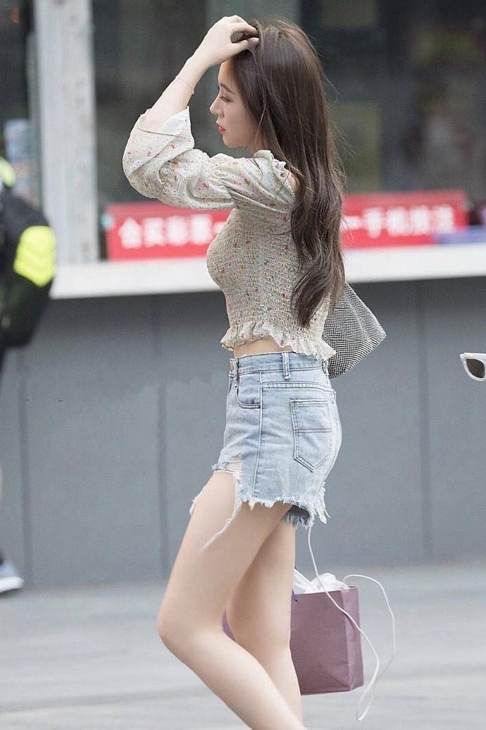 街拍:街头明眸皓齿的美女,别具一格的穿搭,尽显时尚风采!