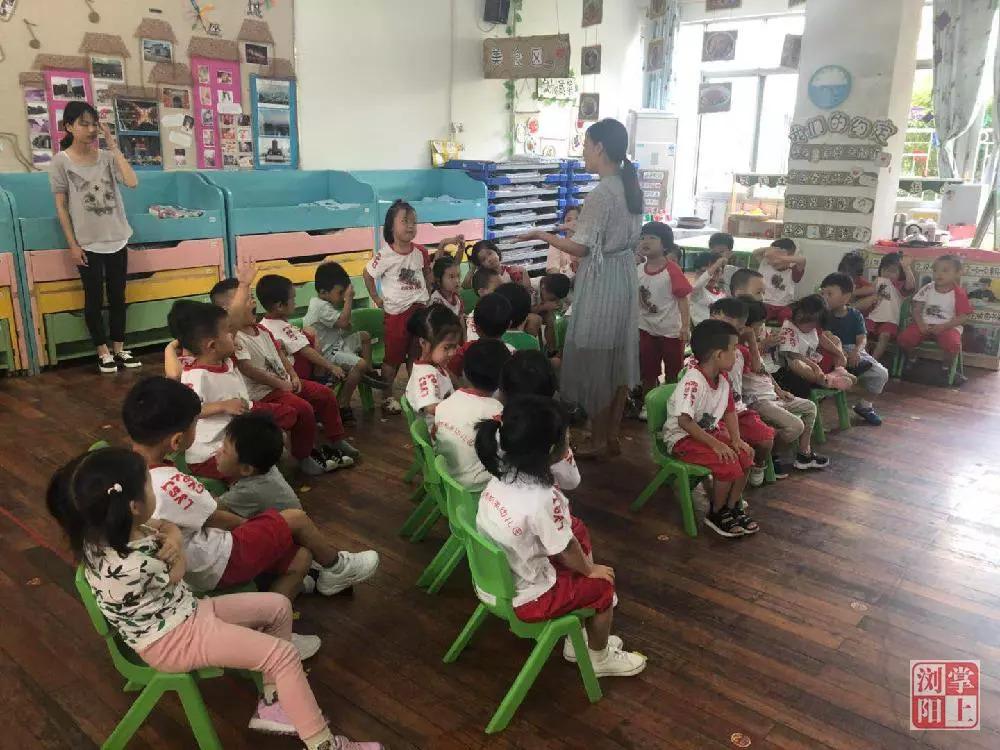 出于对孩子们的喜爱,大学毕业的刘园成为了市机关幼儿园的一名幼教。并非专业对口的她,在工作之初也遇到了不小的压力。尽管如此,刘园并没有气馁,而是化压力为动力,一门心思扑在教学上。中午孩子们休息时,她就钻研教学用书,反复琢磨每一个教学环节。 家长表达感谢 收获满满成就感 刘园的努力让她赢得了家长的信任。在孩子们毕业的时候,许多家长专门写了感谢语给她送过来,对她的工作表示肯定。