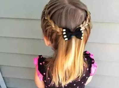 给小孩披散着头发总感觉会乱糟糟的,想给她剪掉长发又有些舍不得,那图片