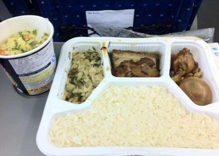 """韩国游客来中国体验""""高铁"""",吃了高铁上35元的盒饭后,就后悔了!"""