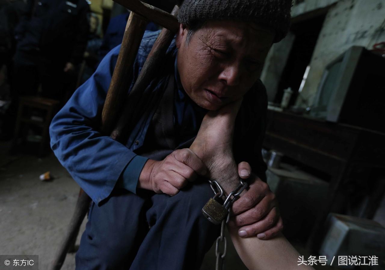 爷爷用铁链牵着孙子,光着两腿在垃圾堆里找吃的,妈妈去世5个月