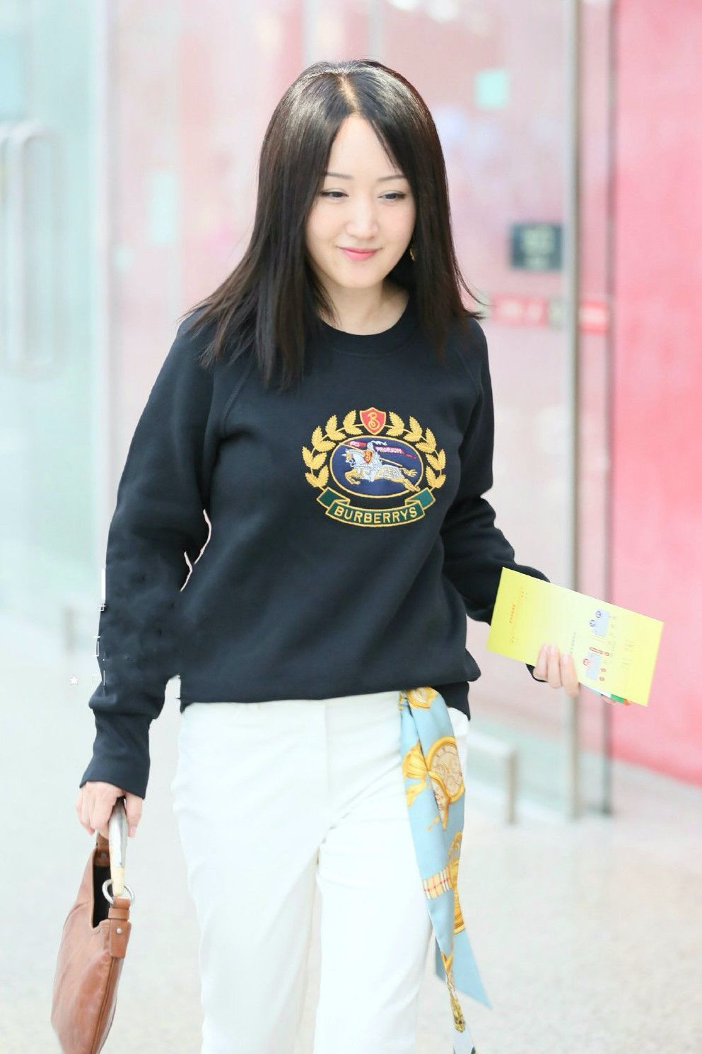 杨钰莹又年轻了,穿白色紧身裤,看着一点都不紧!