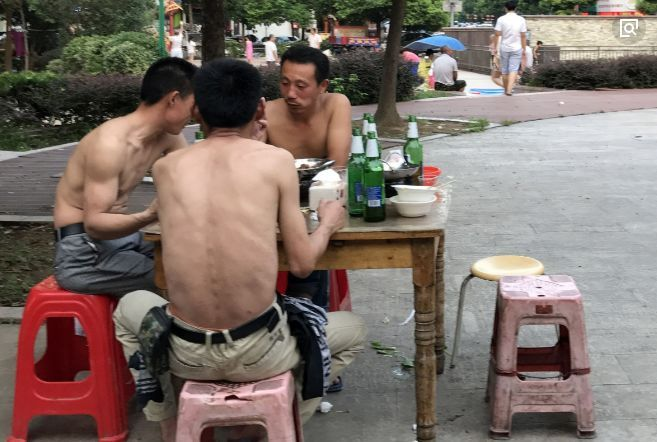 农民早已习惯2元一瓶啤酒,现在涨价了,好日子将一去不复返了