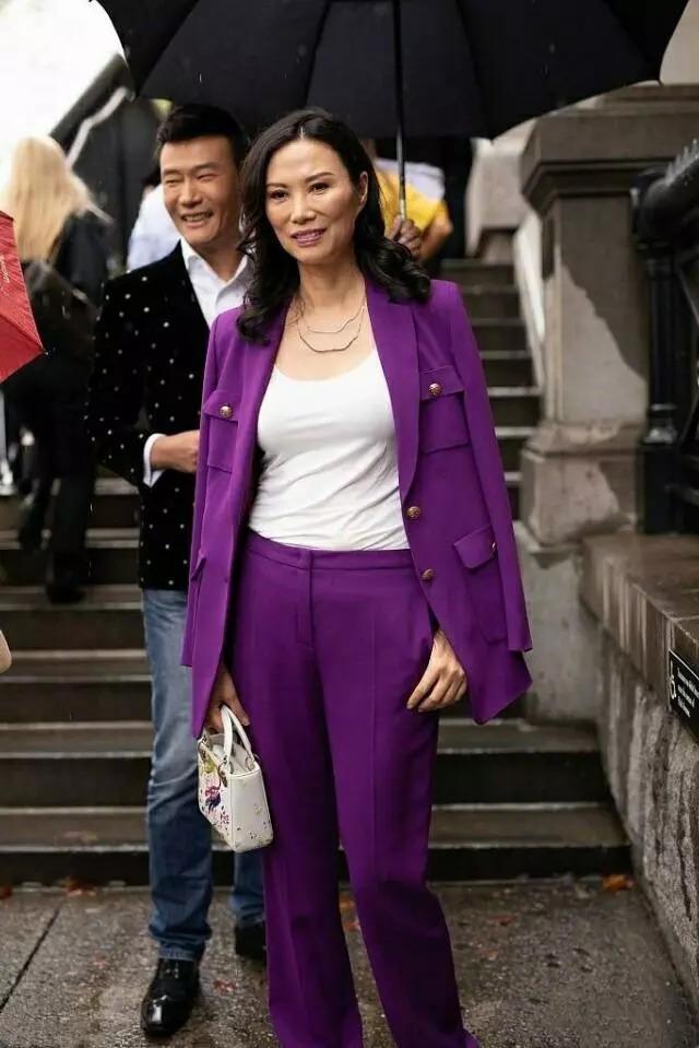 邓文迪果然霸气!穿一身紫色西装,搭双小白鞋就去时装周了!