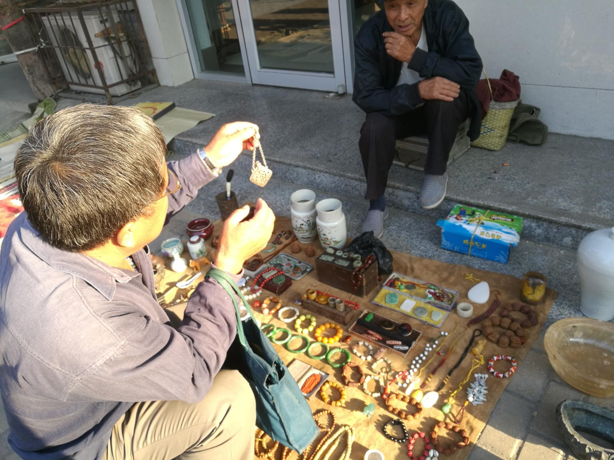朋友在古玩市场上收获一个银质香囊,不知道是不是老物件