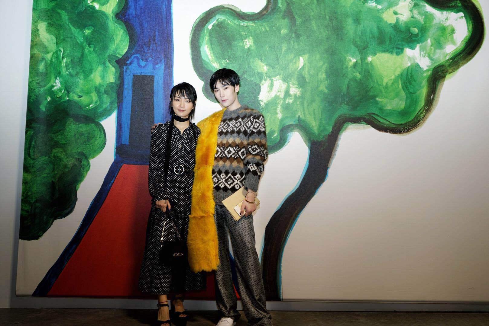 王泽宇亮相纽约时装周 简约搭配显优雅气质