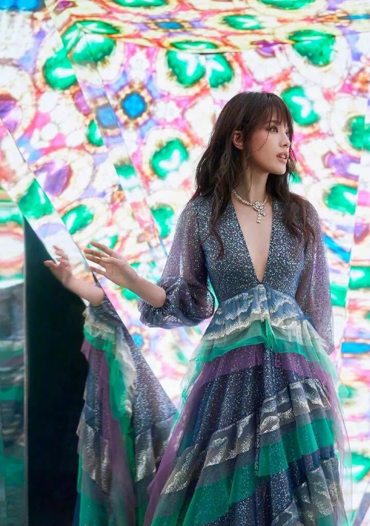 """舒淇就适合穿裙子,本来像塑料的衣服穿出了""""七彩霞衣""""的感觉!"""