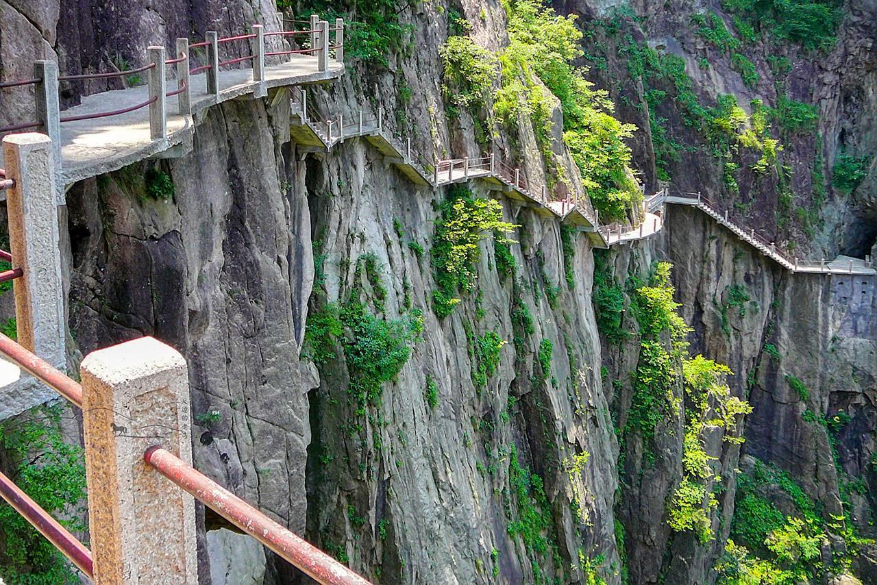 峨眉连续2名游客跳崖自杀后,黄山等栈道存在哪些隐患?