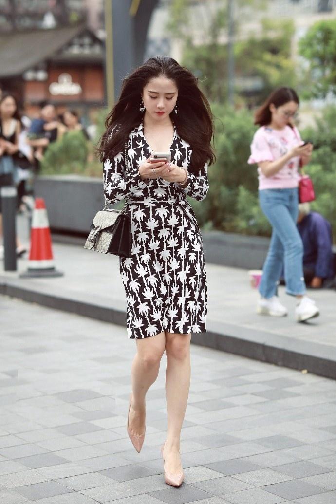 街拍:街头身材高挑的美女,群芳斗艳,还是佟丽娅的美最惊艳!