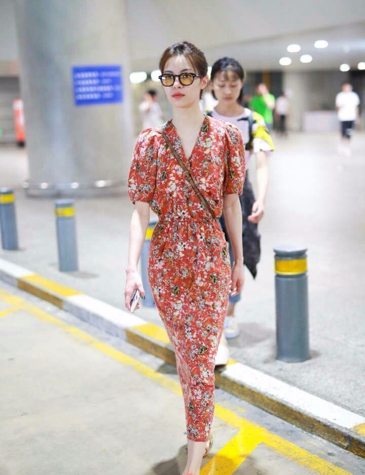 钟楚曦才25岁却要穿花裙子!网友:显老就算了还穿了一双拖鞋!
