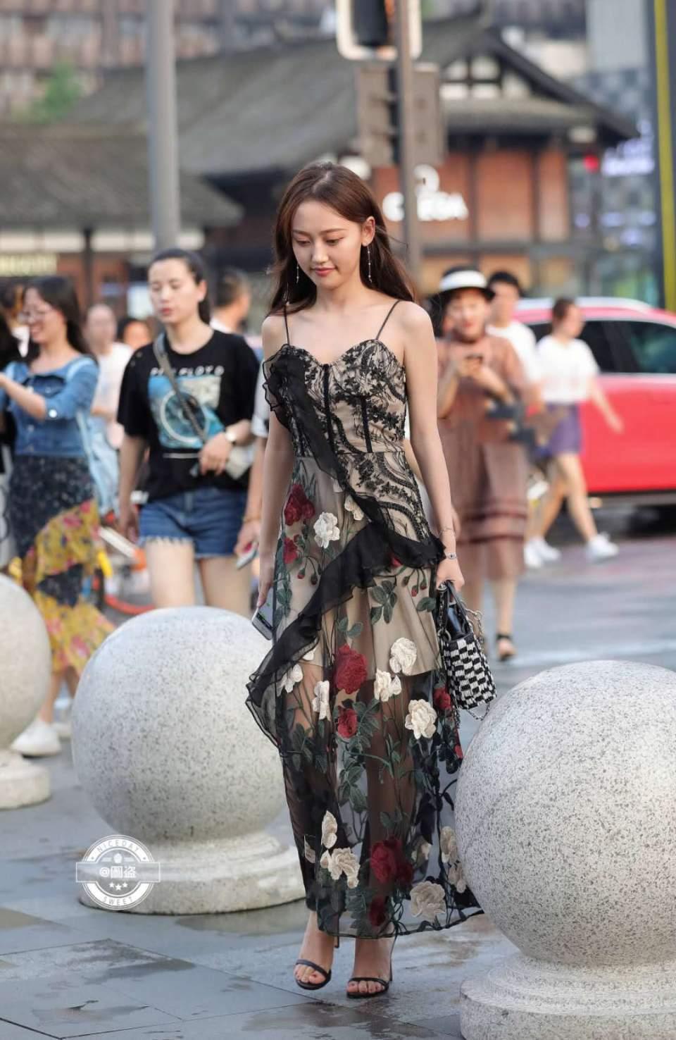 街拍:小姐姐穿黑色蕾丝裙出街,透露出来的小性感让你无从招架!