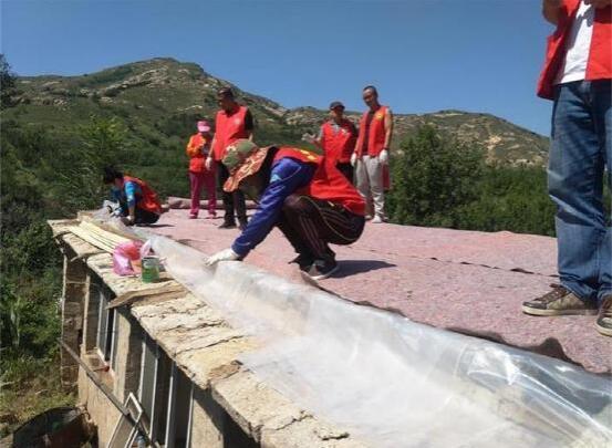 辽宁营口:鲅鱼圈志愿者为贫困户解决实际困难