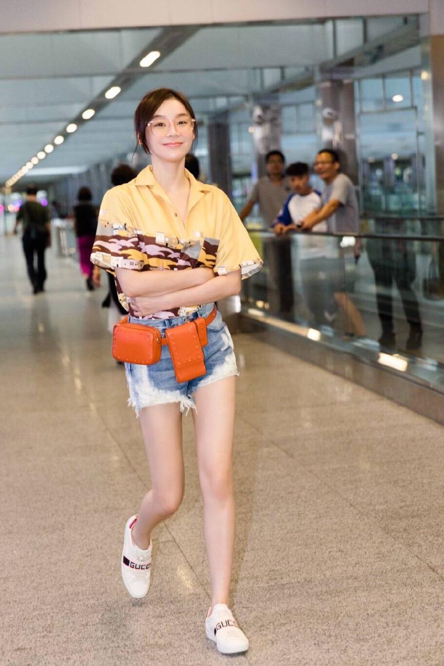 马甲线女王袁姗姗现身首都机场,仅用衬衫短裤,便搭出时髦气质!