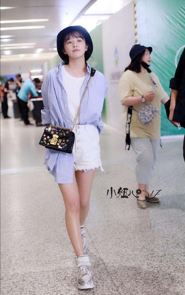 阚清子解锁新时尚,衬衫串过短裤露出一截,非但不丑腿还意外的长