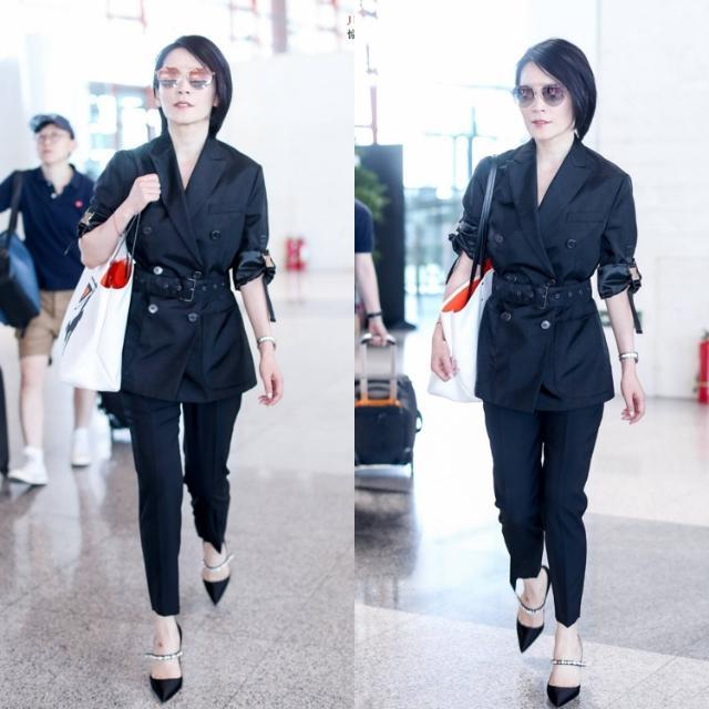 47岁俞飞鸿机场终于不穿长裤了,长裙配小白鞋,好气质依旧似少女