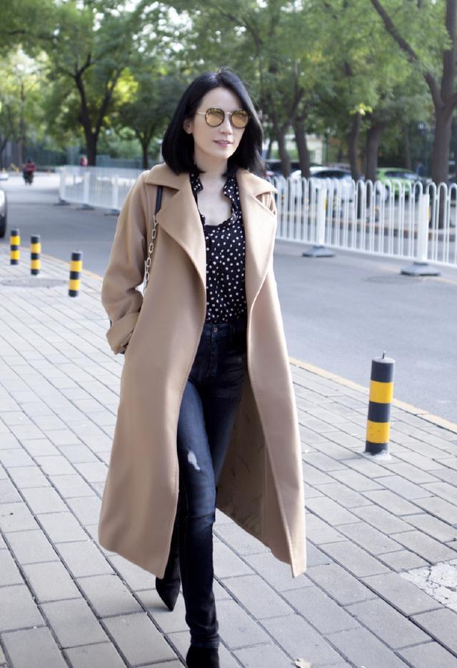 俞飞鸿身穿衬衣搭配休闲裤,简约又时尚,网友:披肩太抢眼了!