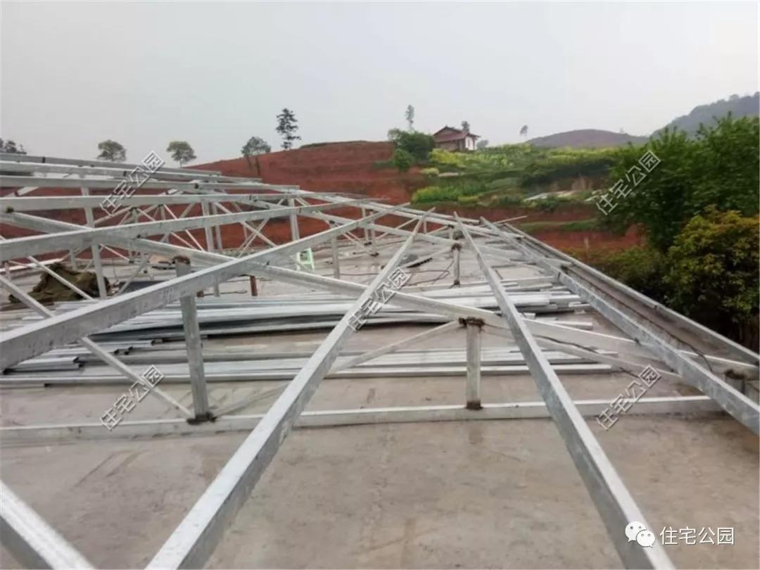 屋面用的是广东树脂瓦,目前市场上最好的材料.图片